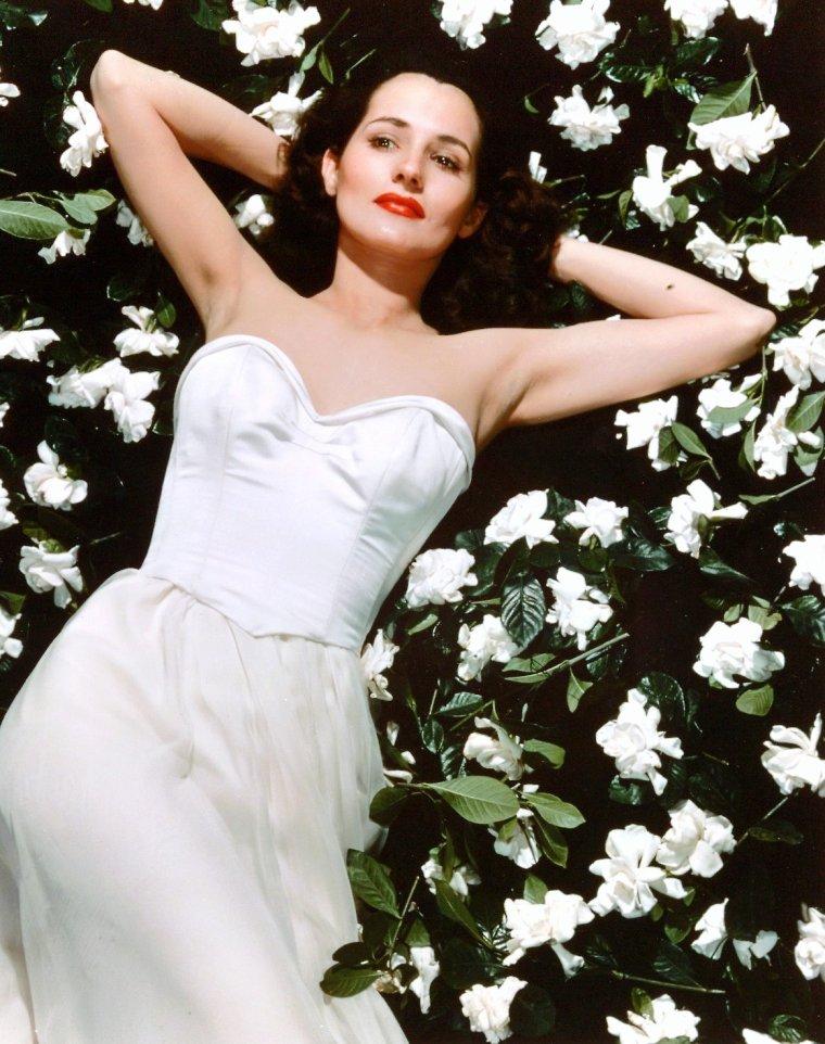 """Brenda MARSHALL est une actrice américaine née le 29 septembre 1915 et décédée le 30 juillet 1992. Née ARDIS ANKERSON GAINES dans l'île de Negros aux Philippines, Brenda MARSHALL fit sa première apparition dans le film """"Agent double"""" (""""Espionage Agent"""") en 1939."""
