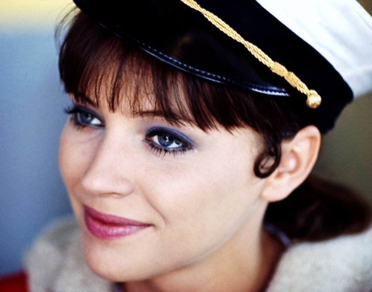 Anna KARINA, de son vrai nom Hanne Karin BLARKE BAYER (née le 22 septembre 1940 à Solbjerg Danemark), est actrice, chanteuse et écrivaine.