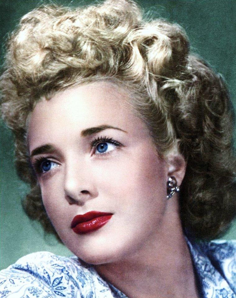 Micheline PRESLE, de son vrai nom Micheline CHASSAGNE, née le 22 août 1922 à Paris, est une actrice française.