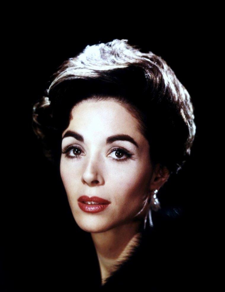 Dana WYNTER, de son vrai nom Dagmar WINTER, est une actrice américaine d'origine allemande, née à Berlin (Allemagne) le 8 juin 1931 et morte le 5 mai 2011 à Ojai (en) (Californie).