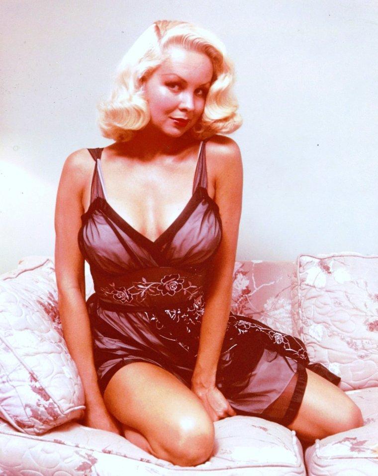 Joi LANSING (6 Avril 1928 - 7 Août 1972) est une actrice, chanteuse de night-club et mannequin américaine.