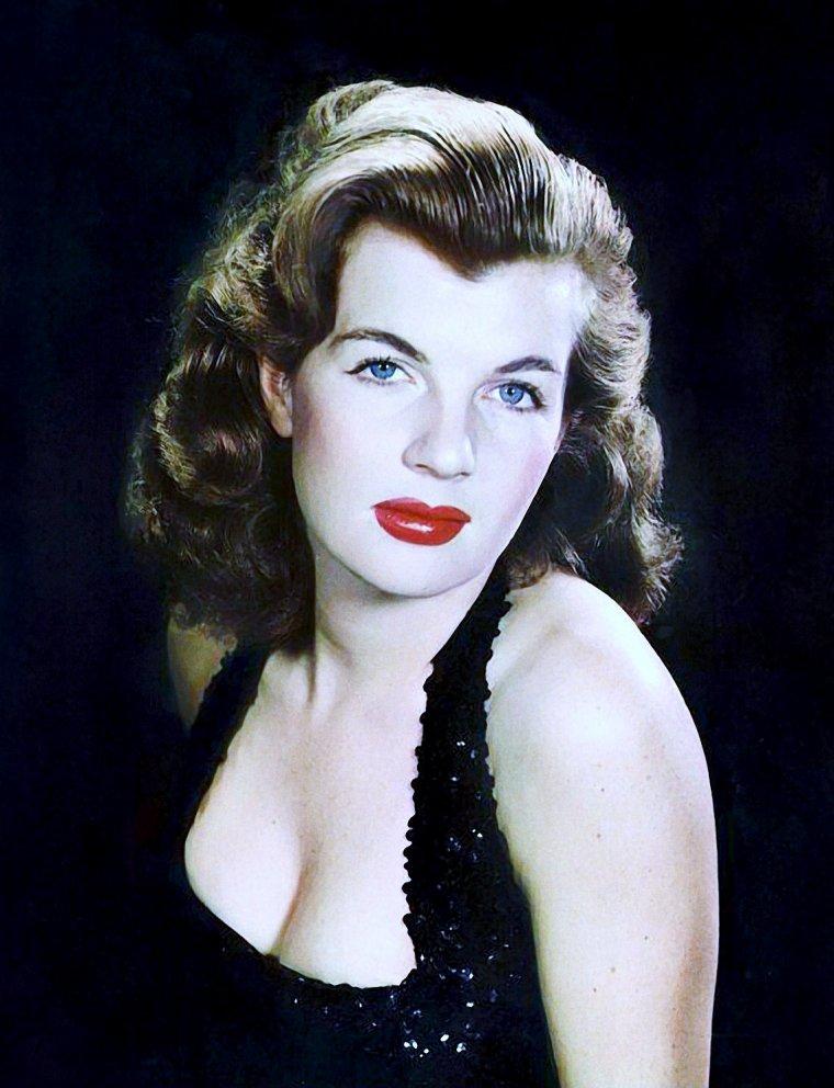 Corinne CALVET est une actrice française née le 30 avril 1925 à Paris (France), décédée le 23 juin 2001 à Los Angeles (Californie).