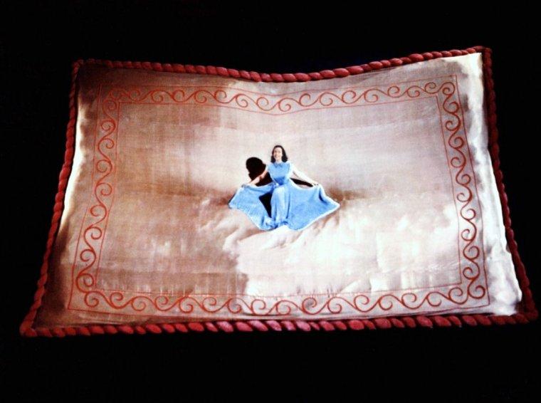 """Kathryn GRANT CROSBY née le 25 novembre 1933 à Houston, Texas, de son véritable nom, Kathryn Olive GRANDSTAFF, est une actrice et une chanteuse américaine qui a réalisé la majeure partie de sa carrière sous le nom de Kathryn GRANT. Un de ses rôles les plus populaires reste celui de la princesse Parisa dans le film """"Le Septième voyage de Sinbad"""" (1958)."""