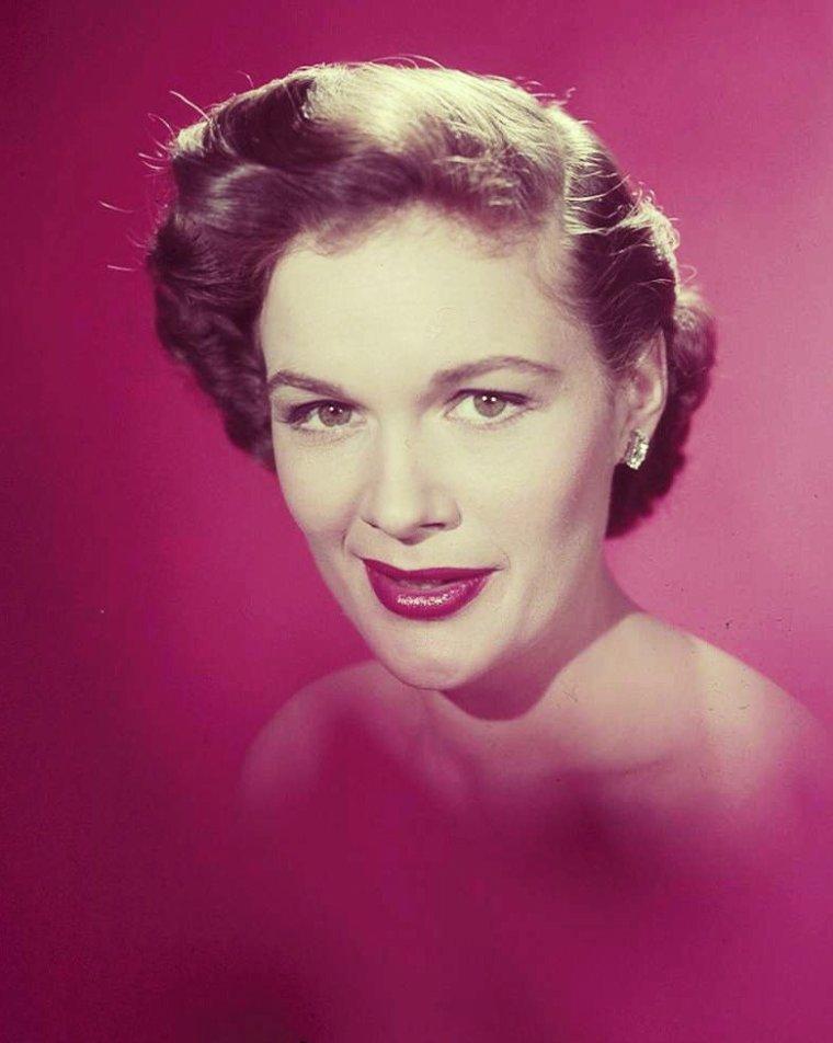 """Jean HAGEN – de son vrai nom Jean Shirley VERHAGEN – est une actrice américaine, née le 3 août 1923 à Chicago (Illinois) et morte d'un cancer de la gorge le 29 août 1977 à Los Angeles (Californie). Elle est surtout connue pour son rôle de Lina LAMONT, une star du muet dont la voix nasillarde compromet la carrière à l'arrivée du cinéma parlant, dans la comédie musicale """"Chantons sous la pluie"""" (1952)."""