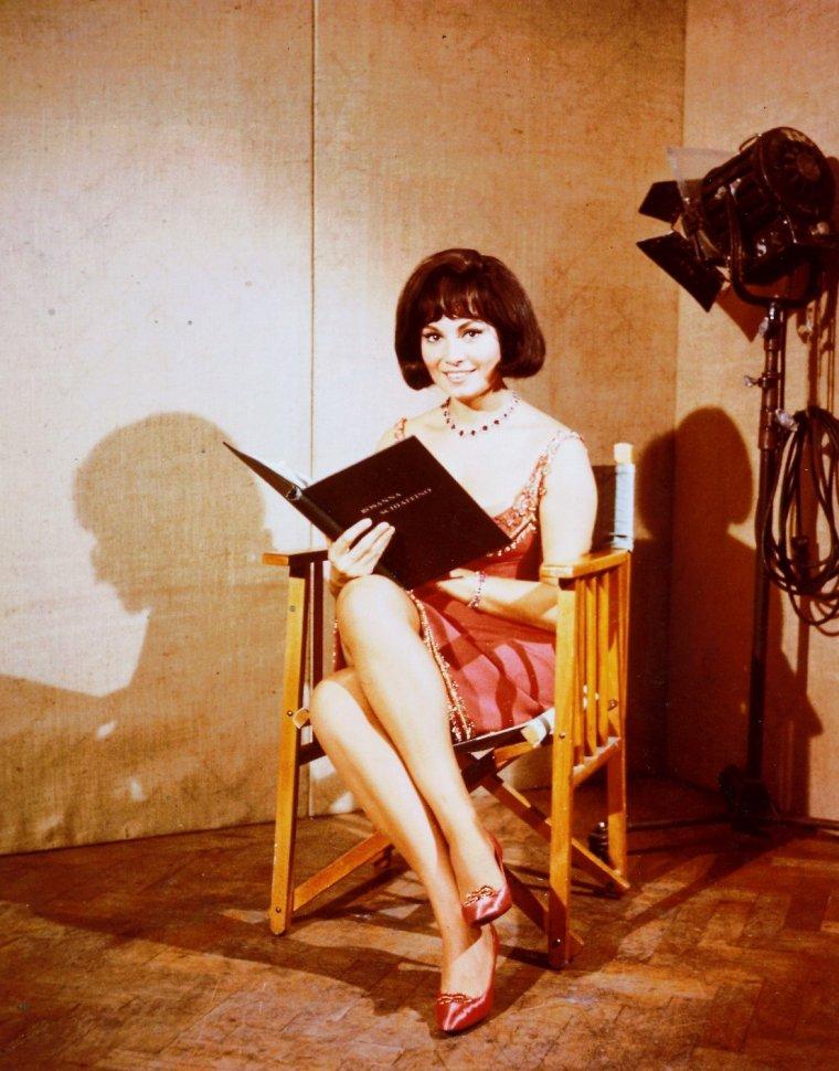 """Rosanna SCHIAFFINO est une actrice italienne née le 25 novembre 1938 à Gênes et morte le 17 octobre 2009 à Milan des suites d'une longue maladie. Elle débute en 1956 dans """"Totò, lascia o raddoppia ?"""", film de Camillo MASTROCINQUE avec l'acteur comique italien Totò, mais c'est en 1958 qu'elle obtient un premier rôle important dans """"Le Défi"""" de Francesco ROSI. Elle a épousé en 1963 le producteur italien Alfredo BINI."""