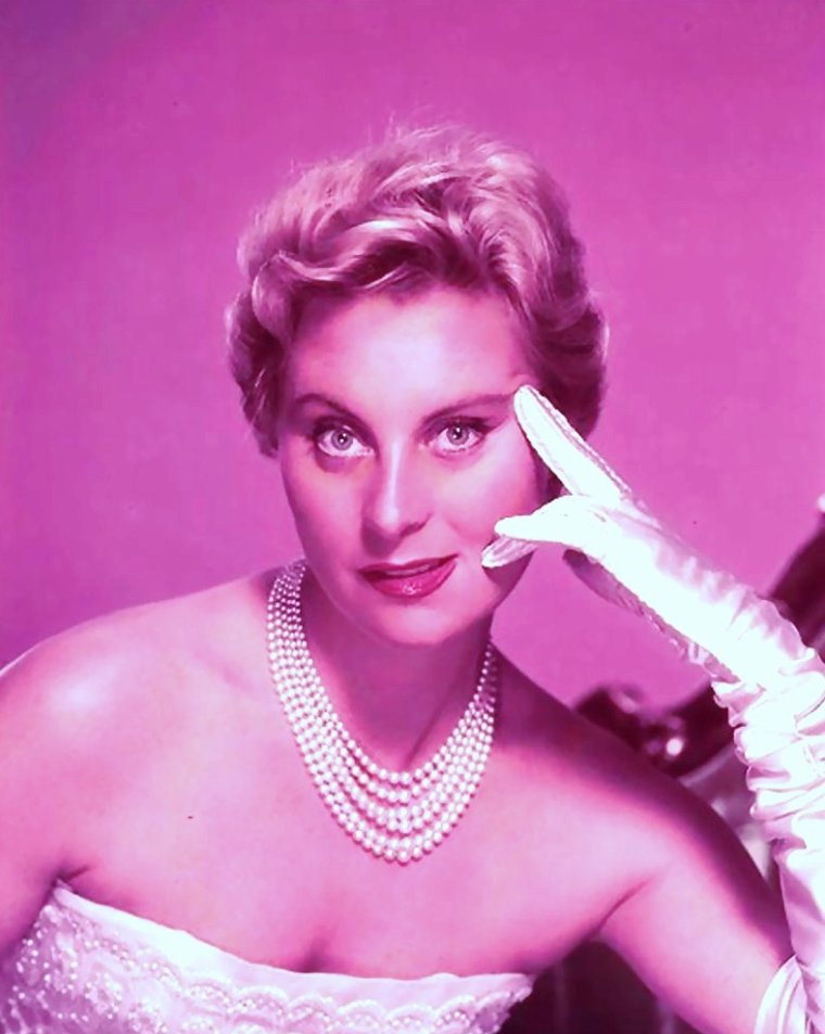 Michèle MORGAN, de son vrai nom Simone ROUSSEL, est une actrice française, née le 29 février 1920 à Neuilly-sur-Seine, dans le département de la Seine (aujourd'hui Hauts-de-Seine).