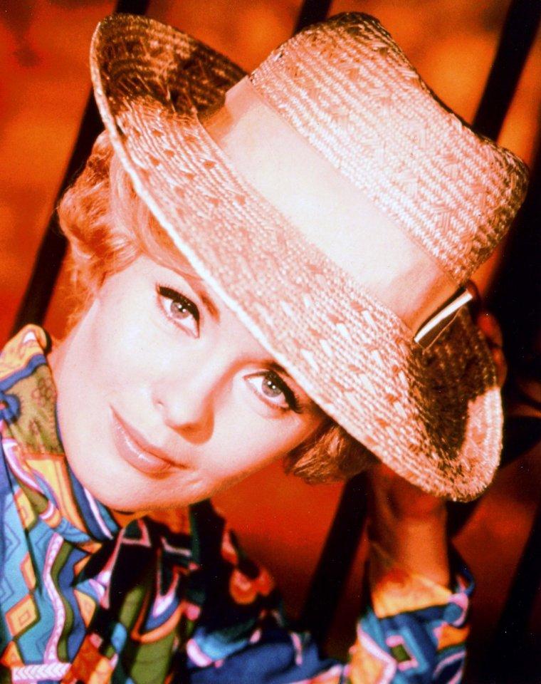 Connie STEVENS (née le 8 août 1938) est une actrice et chanteuse américaine.