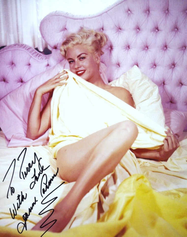 Jeanne CARMEN (4 Août 1930 - 20 Décembre 2007) est un mannequin, pin-up et actrice américaine.