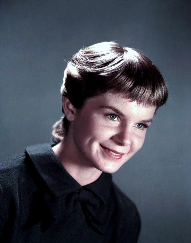 Diane VARSI est une actrice américaine née le 23 février 1938 à San Mateo, Californie (États-Unis), décédée le 19 novembre 1992 à Hollywood (Californie).