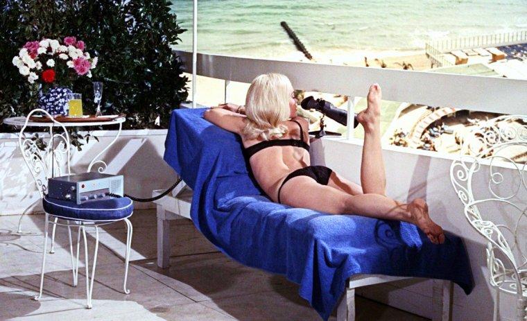 """Shirley EATON est une actrice anglaise, née le 12 janvier 1937 à Londres. Shirley apparaît régulièrement dans des films britanniques dans les années 1950 et 1960. Elle a notamment interprété le rôle de Jill MASTERSON dans le film de James Bond """"Goldfinger"""" en 1964 (la femme en or)."""