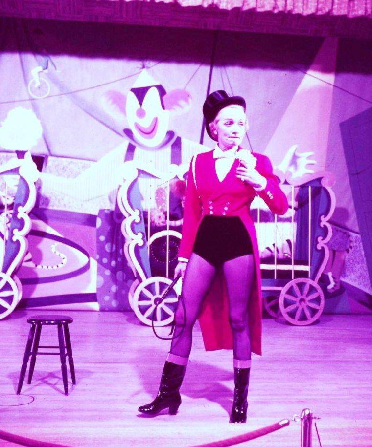 """Quand Marlene (DIETRICH) fait son """"numéro"""" au Casino le """"Sand's"""" à Las Vegas en 1953"""