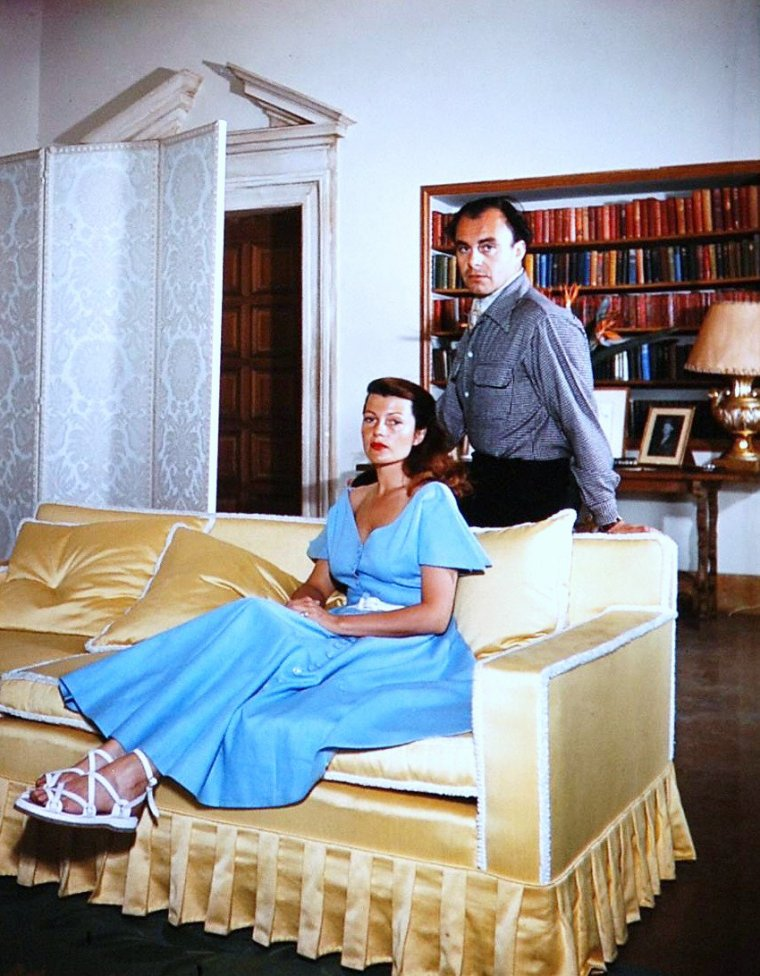 COUPLES à la ville (part 3) : de haut en bas : Anita EKBERG and Anthony STEEL / Barbara STANWYCK and Robert TAYLOR / Priscilla BEAULIEU and Elvis PRESLEY / Rita HAYWORTH and Ali KHAN / Audrey HEPBURN and Mel FERRER / Elizabeth TAYLOR and Mike TODD / Lucille BALL and Desi ARNAZ / Debbie REYNOLDS and Eddie FISHER