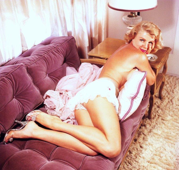 Dolores DONLON (19 Septembre 1926) est un modèle et actrice américain.