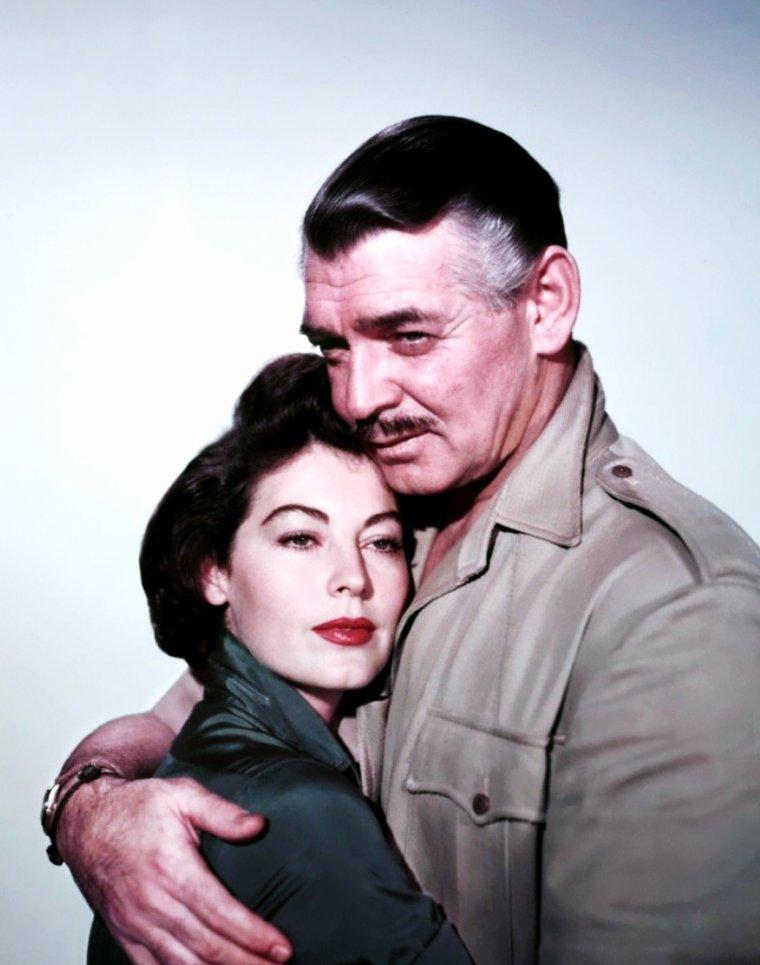 """LES COUPLES au cinéma : de haut en bas : Danielle DARRIEUX et Gérard PHILIPE dans """"Le rouge et le noir"""" en 1954 / Lauren BACALL et Humphrey BOGART dans """"Le grand sommeil"""" en 1946 / Angie DICKINSON et Marlon BRANDO dans """"La poursuite impitoyable"""" en 1966 / Ann MARGRET et Elvis PRESLEY dans """"L'amour en quatrième vitesse"""" en 1964 / Ava GARDNER et Clark GABLE dans """"Mogambo"""" en 1953 / Claudia CARDINALE et Jean Paul BELMONDO dans """"Cartouche"""" en 1962 / Deborah KERR et Cary GRANT dans """"Elle et lui"""" en 1957 / Eva Marie SAINT et Cary GRANT dans """"La mort aux trousses"""" en 1959."""