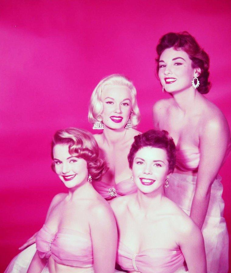 GLAMOUR-GIRLS 1954 / (de gauche à droite) Myrna HANSEN / Mamie Van DOREN / Allison HAYES / Colleen MILLER