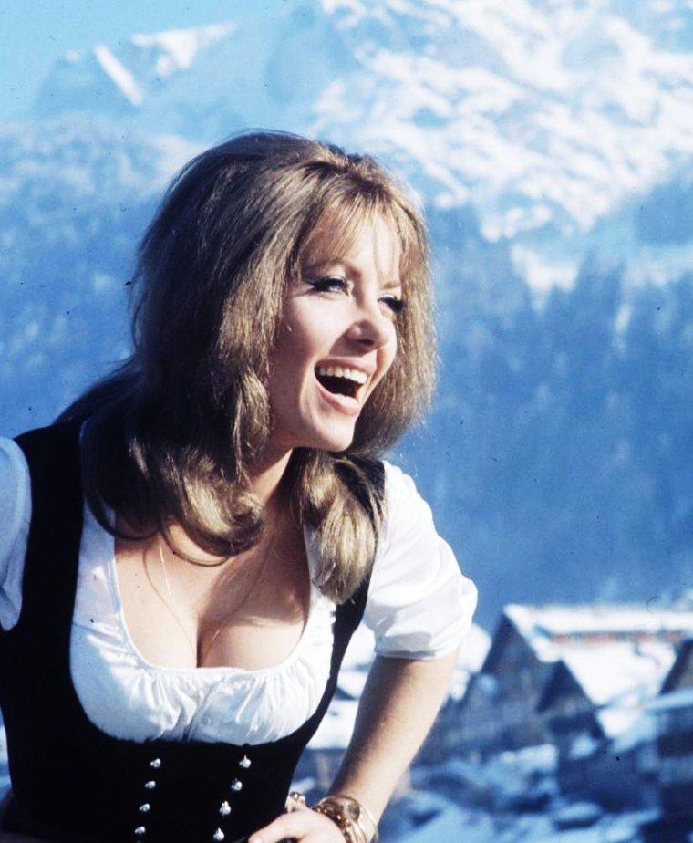 Ingrid PITT, née le 21 novembre 1937 à Czestochowa, (Pologne), et décédée le 23 novembre 2010 est une actrice britannique d'origine allemande et polonaise.
