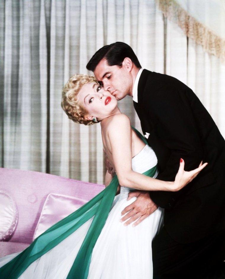 """LES COUPLES au cinéma : de haut en bas : Jane RUSSELL et George BRENT dans """"Montana Belle (1952) / Jane WYMAN et Rock HUDSON dans """"Le secret magnifique"""" (1954) / Virginia MAYO et Ronald REAGAN dans """"Vénus devant ses juges"""" (1949) / Grace KELLY et William HOLDEN dans """"Les ponts de Toko-Ri (1954) / Lana TURNER et John GAVIN dans """"Mirage de la vie"""" (1959) / Marilyn MONROE et Rory CALHOUN dans """"Rivière sans retour"""" (1954) / Jean PETERS et Robert WAGNER dans """"La lance brisée"""" (1954) / Rita HAYWORTH et Victor MATURE dans """"Mon amie Sally"""" (1942)."""