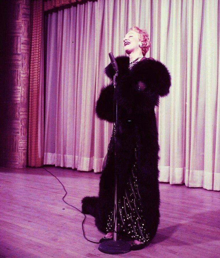 8 STARS renommées pour leurs voix en tant que chanteuses ayant également tournées dans quelques films ou séries... de haut en bas : Connie FRANCIS / Dalida / Eartha KITT / Line RENAUD / Marlène DIETRICH / Patty DUKE / Sylvie VARTAN / Edith PIAF