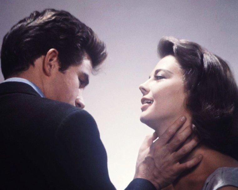 """COUPLE MYTHIQUE au cinema : Natalie WOOD et Warren BEATTY dans """"La fièvre dans le sang"""" (Splendor in the grass) d'Elia KAZAN en 1961."""