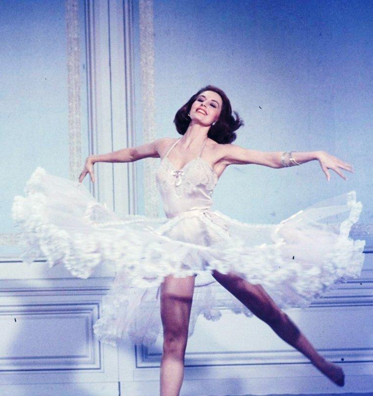 """Cyd CHARISSE """"légère comme une plume"""" en 1958 dans """"Party-girl""""."""