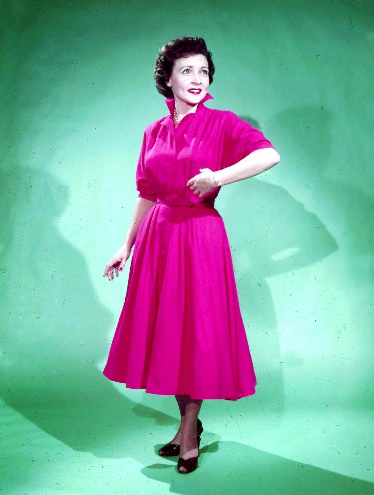 Betty WHITE est une actrice et productrice américaine née le 17 janvier 1922 à Oak Park, en banlieue de Chicago, dans l'Illinois (États-Unis).