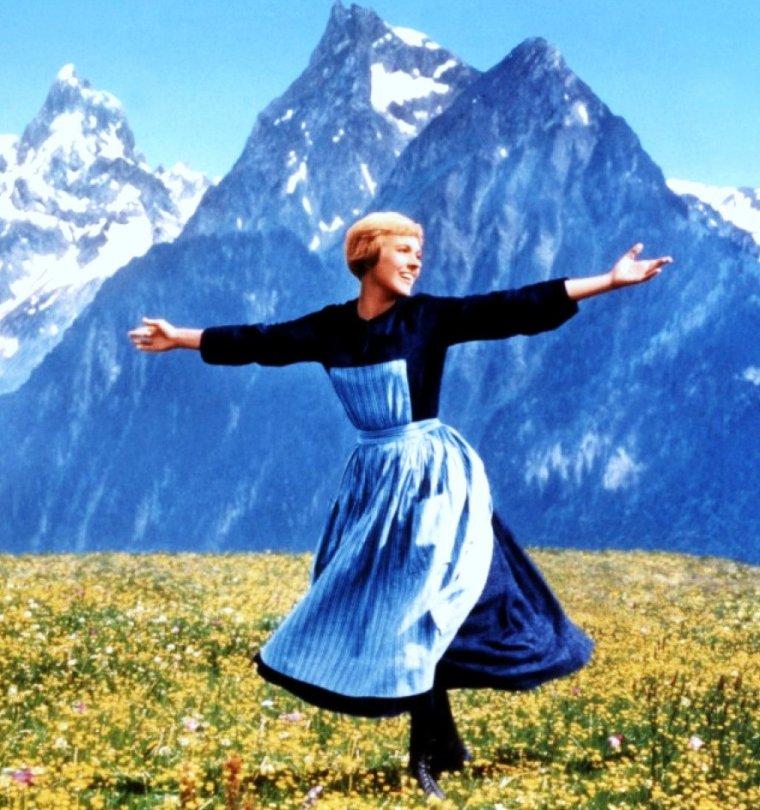 """FILM MYTHIQUE : Julie ANDREWS est Maria Von TRAPP dans """"La Mélodie du bonheur"""" (The Sound of Music en VO), film musical américain de Robert WISE sorti en 1965. Il est l'adaptation de la comédie musicale homonyme de Richard RODGERS et Oscar HAMMERSTEIN II créée à Broadway en 1959, elle-même basée sur le livre autobiographique de Maria Augusta TRAPP, La Famille des chanteurs TRAPP."""
