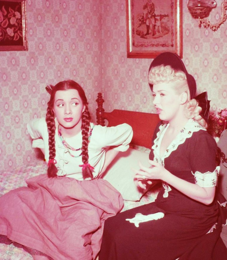 "1949 : Betty GRABLE et Olga San JUAN jouent dans ""Beautiful blonde from bashful bend"" (photos John FLOREA)."
