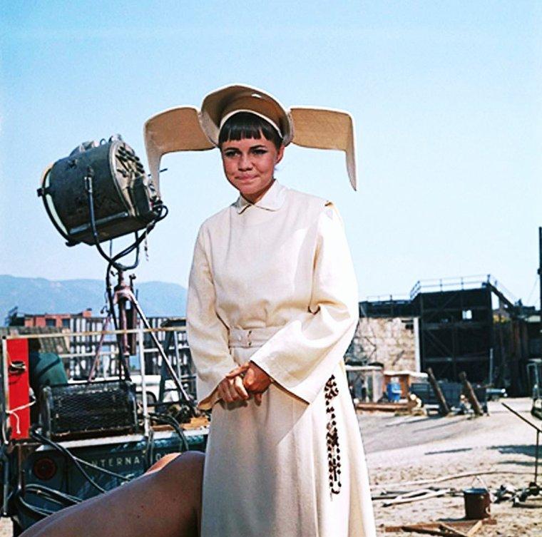 Sally Margaret FIELD (née le 6 novembre 1946 à Pasadena en Californie) est une actrice américaine, deux fois lauréate de l'Oscar de la meilleure actrice et de trois Emmy Awards. Elle est également productrice, réalisatrice et scénariste.
