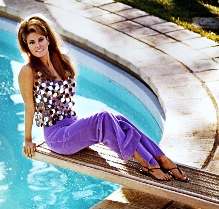 Détente au bord de la piscine pour... (de haut en bas) Esther WILLIAMS / Jayne MANSFIELD / Ann MARGRET / Lana TURNER / May BRITT / Raquel WELCH / Rita HAYWORTH / Barbara STANWYCK