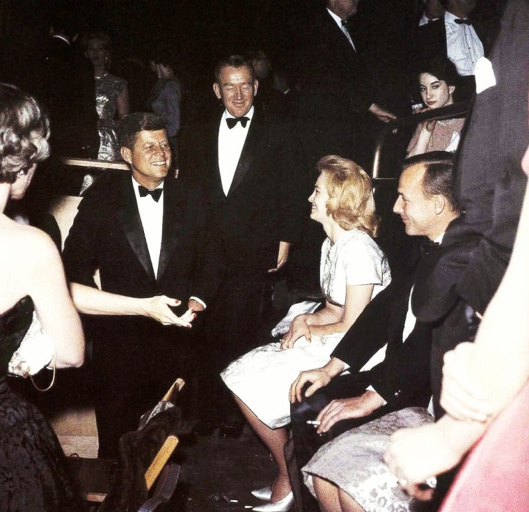 Quand Angie DICKINSON rencontre J.F.K. (John FITZGERALD KENNEDY)...