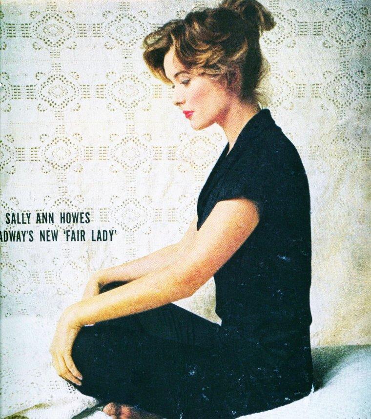 """Sally Ann HOWES est une actrice et chanteuse anglaise née le 20 juillet 1930 à Londres (Royaume-Uni). On la voit sur ces photos lors d'essayage de costumes pour la pièce de théâtre """"My fair lady"""" en 1958. Le rôle principal étant interprété par Julie ANDREWS, et plus tard repris par Audrey HEPBURN dans le film du même nom."""