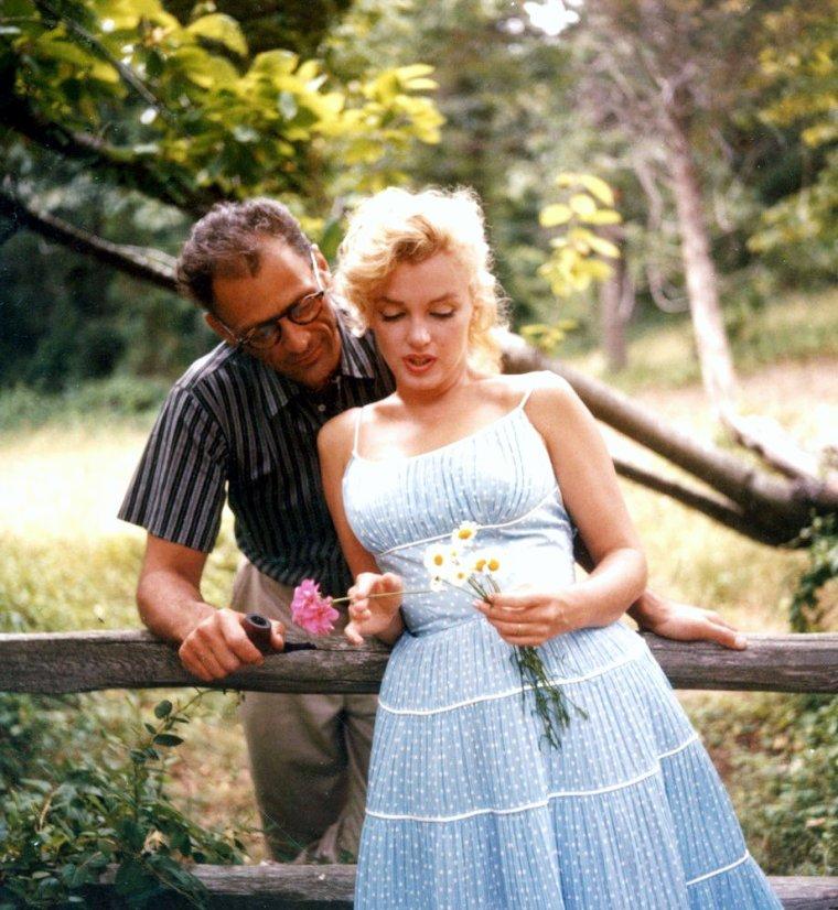 """MARIAGE IMPROBABLE / Marilyn rencontra pour la première fois l'auteur dramatique Arthur MILLER (marié et père de deux enfants) en 1950. Ce fut simplement une brève rencontre durant un tournage de l'actrice qui faisait alors ses débuts. Quelques annèes plus tard, lorsqu'elle s'installa à New York en 1954, il la recontacta et ils se revirent """"secrètement"""" jusqu'à ce que la presse s'empare de l'affaire. MILLER divorça en juin 1956, et annonça qu'il épouserait Marilyn avant le départ de celle ci pour l'Angleterre en juillet, pour le tournage du film """"Le prince et la danseuse"""". Marilyn était follement amoureuse : """"C'est la première fois que j'aime vraiment. Nous avons tellement de choses en commun (...) je suis folle de lui.""""  Leur mariage , très médiatisé sous le titre """"l'union de la star ecervelée et l'intello"""", se déroula en deux temps : un mariage civil le 29 juin 1956 , et un mariage juif le 1er juillet 1956. Pour Marilyn cela signifiait que désormais le monde devrait la prendre au sérieux : """"Si je n'étais qu'une blonde idiote, il ne m'aurait pas épousée.""""  Durant l'été 1960, ils tournent """"The Misfits"""" dans le Nevada. C'est Arthur MILLER qui écrivit le scénario pour elle. Le tournage se termina le 04 novembre, et le 11 novembre, leur séparation est annoncée. Le 20 janvier 1961, leur divorce est prononcé.  Un an plus tard, MILLER se maria à nouveau avec Inge MORATH, une photographe qui travailla sur le plateau des """"Désaxés"""": ils eurent deux enfants ensemble (un garçon et une fille), et restèrent ensemble jusqu'à la mort d'Inge en 2002.  Tout au long de sa vie, MILLER parla très peu de Marilyn, il évoqua l'époque de son mariage avec elle dans sa propre biographie, ainsi qu'au cours de quelques entretiens avec des journalistes qui préparaient un reportage sur """"The Misfits"""", et il s'inspira du couple qu'il formait avec Marilyn pour faire une pièce de théâtre. Il disait de Marilyn que """"lorsque l'on se trouve à ses côtés, on a envi de mourir""""..."""