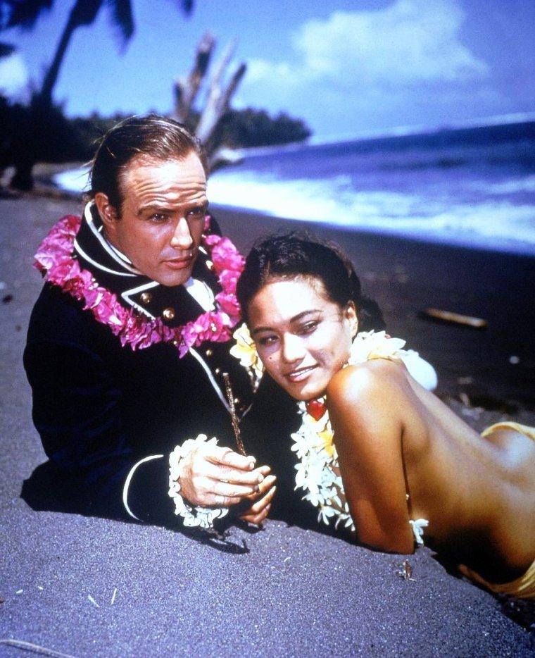 """EXOTISME / Tarita, de son vrai nom Tarita TERIIPAIA, née le 29 décembre 1941 à Bora-Bora (Polynésie française), est une actrice française, qui fut l'épouse de Marlon BRANDO. Elle a joué le rôle de Maimiti aux côtés de Marlon, dans le film """"Les révoltés du Bounty"""", en 1962, rôle pour lequel elle fut nominée aux Golden Globes, et devint en 1962 la troisième femme de BRANDO. De leur union naquirent deux enfants, Simon TEIHOTU, et Cheyenne BRANDO. Ils divorcèrent en 1972. Quelques mois après le décès de Marlon BRANDO en 2004, Tarita publia ses mémoires, intitulées """"Marlon, mon amour, ma déchirure""""."""