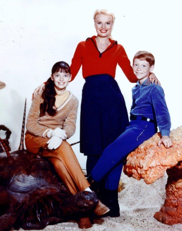 """Angela CARTWRIGHT est une actrice anglaise née le 9 Septembre 1952 devenue célèbre avec la série """"Lost in space (1965 à 1968) où elle jouait aux côtés notamment de Marta KRISTEN et June LOCKHART."""