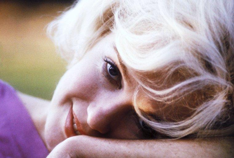 """1962 / Marilyn by Willy RIZZO / Photographe envoyé par """"Paris Match"""", Willy RIZZO déclara que """"Marilyn était d'une immense tristesse lors de la séance , et que cette tristesse était très visible sur les clichés.""""  Il en garde """"un souvenir à la fois émerveillé et bouleversant,  à cause de ce désenchantement au fond de ses yeux"""",  désenchantement qui l'émeut encore à  l'heure actuelle en revoyant ces clichés."""