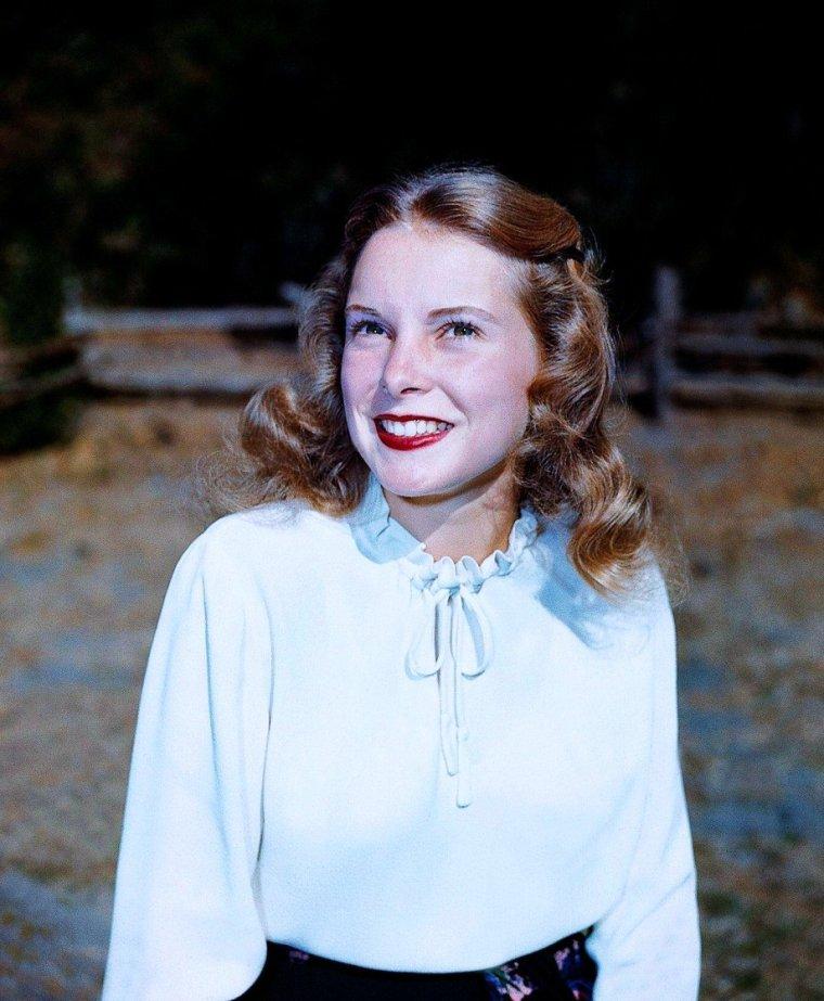 """ANECDOTE / Janet LEIGH... 1960 est l'année de la consécration. Alfred HITCHCOCK, « le maître du suspense », la contacte et l'engage pour qu'elle interprète, dans """"Psychose"""", le rôle de Marion CRANE, jeune femme au destin tragique qui perd la vie au cours d'une agression. Quarante-cinq minutes de jeu effectives et la scène culte de la douche suffisent à lui rapporter le Golden Globe de la meilleure actrice dans un second rôle et une nomination à l'Oscar. Dans ses différentes interviews, l'actrice avoue avoir été en état de choc lorsqu'elle vit le film. Depuis, elle ne peut plus prendre de douche. Les producteurs furent scandalisés d'abord à l'idée que HITCHCOCK tue une star commerciale de cette importance, aussi vite surtout, et de cette façon. L'énorme succès du film les a rassurés, et """"Psychose"""" a créé un genre."""