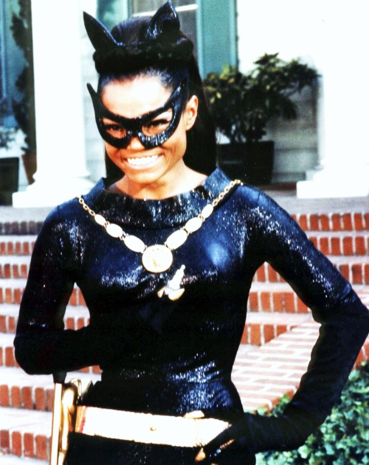 """Eartha Mäe KITT, (née le 17 janvier 1927, morte le 25 décembre 2008) surnommée « Miss Kitt », est une chanteuse de variétés fortement influencée par le jazz, une actrice et une artiste de cabaret américaine. Elle fut qualifiée de « the most exciting woman in the world » (la femme la plus excitante du monde) par Orson WELLES qui en fit son """"Hélène de Troie""""."""