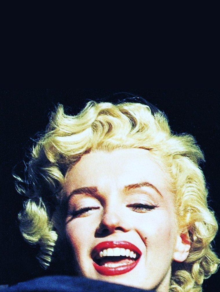 Février 1954 / Pour son mariage de noce avec Joe DiMAGGIO, le couple (Marilyn et Joe) s'envole au Japon... Cependant, Marilyn restera 3 jours de plus en Corée afin de faire le tour des camps militaires, chantant pour les soldats pour leur remonter le moral...