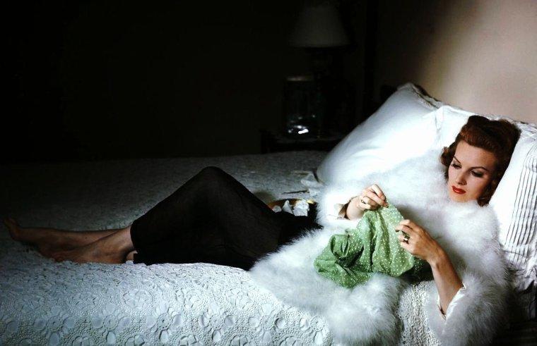 MINI-BIO / Belle comme une flamme, telle était Maureen O'HARA qui symbolisa au milieu du XXe siècle  pour le monde entier la Femme irlandaise. Comédienne de tempérament, découverte par Charles LAUGHTON, révélée par John FORD, elle formera avec John WAYNE un de ces couples mythiques de cinéma que le public aime tant  à  imaginer. A la ville, ils étaient tout simplement les meilleurs amis du monde. La belle aventurière qu'elle reste dans nos souvenirs en aura fait rêver plus d'un, à travers des histoires de cowboys, de pirates et corsaires, de mousquetaires, de héros de contes de fée et même du père Noël. Elle aura su également camper à maintes reprises des femmes de caractère.