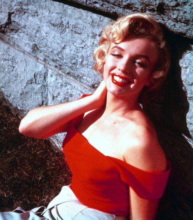 On commence cette nouvelle page avec Marilyn tout en rouge ; en effet, tout au long de sa vie, la belle blonde portera du rouge, sa couleure fétiche...