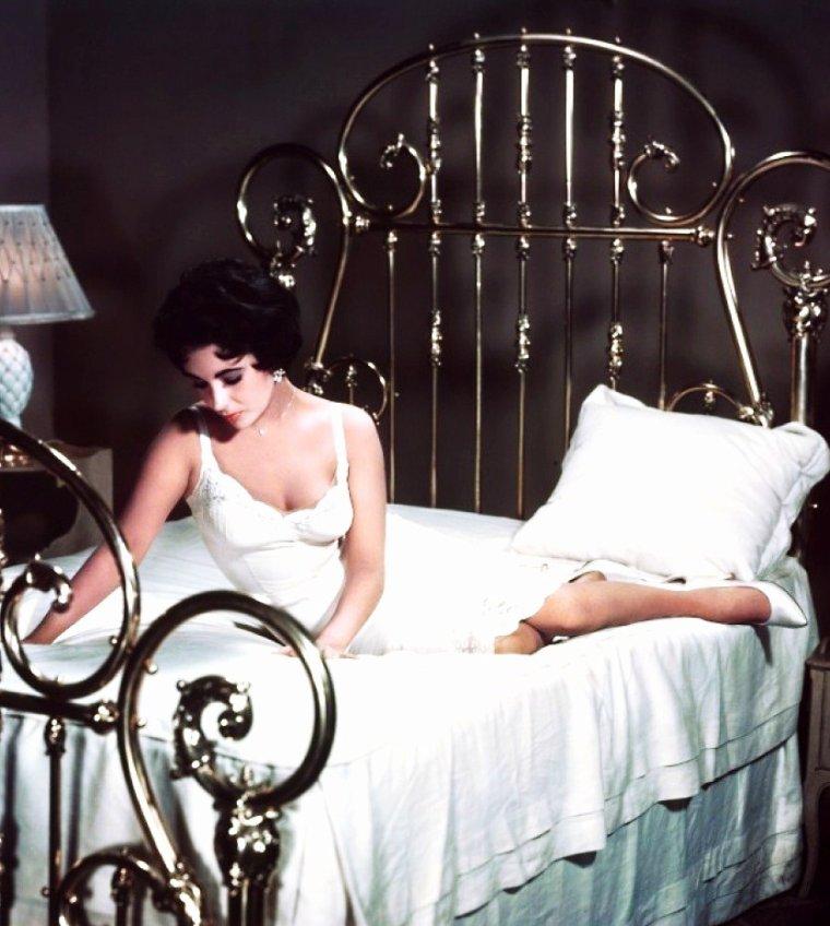 """1958 / Couple mythique dans le film """"La chatte sur un toit brûlant"""" avec Elizabeth TAYLOR et Paul NEWMAN..."""