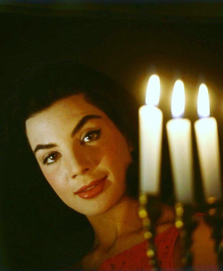 """Gia SCALA pictures (part 2). Ayant la nationalité britannique en raison de sa naissance, elle a déménagé pour travailler dans le cinéma en Angleterre, mais ses malheurs ne firent qu'empirer. Souffrant de graves problèmes émotionnels, aggravés par l'alcool, elle a fait une autre tentative de suicide, avant de retourner à Hollywood. Dans la nuit du 30 avril 1972, quelques amis l'ont trouvée morte, à 38 ans, dans son domicile de Hollywood Hills d'une overdose de drogues et d'alcool. La police a dit qu'elle avait pris des médicaments pour un problème d'alcool. Gia SCALA est enterrée dans le cimetière """"Holy Cross"""" à Culver-City, en Californie."""