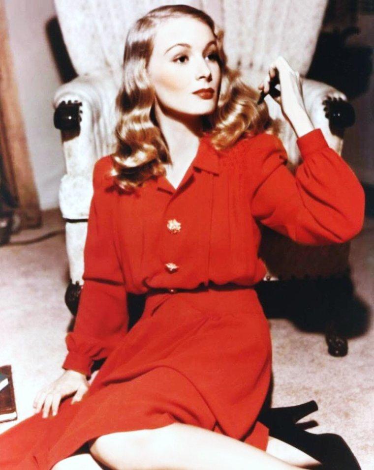 """Sublime Veronica LAKE / Malgré les apparences, Veronica LAKE était loin d'être la créature longiligne que l'on s'imaginait, ni d'être une grande asperge comme pouvait le faire croire l'objectif trompeur des caméras. En effet, l'actrice était une petite femme légèrement replète d'1 m 50 ! / La fameuse coiffure de l'actrice, longue mèche de cheveux crantés couvrant une partie du visage, fit fureur dans les années 1940, notamment les ouvrières. Cette coquetterie fut la cause de graves accidents, la mèche de cheveux se prenant dans les machines, au point que le gouvernement demanda expressément à la Paramount de changer le look de Veronica LAKE. Privée de sa """"marque de fabrique"""", ce changement contribua à la chute de sa carrière."""