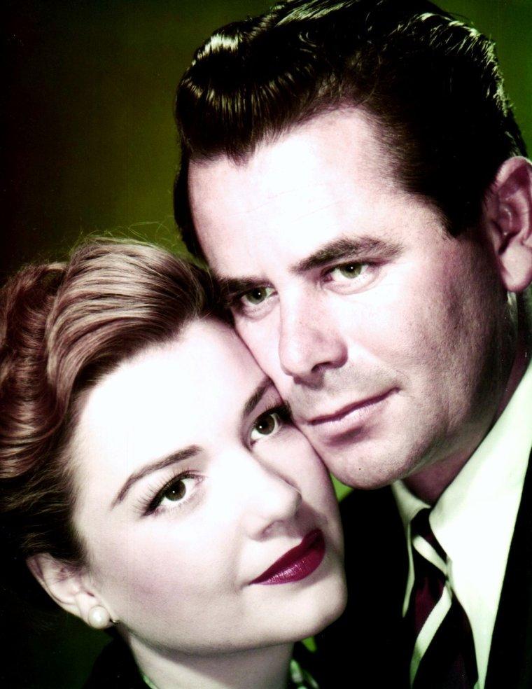 """Couples au cinéma... (de haut en bas) June ALLYSON and James STEWART dans """"The Glenn MILLER story"""" (1954) / Anita EKBERG and Robert RYAN dans """"Back from eternity"""" (1956) / Anne BAXTER and Glenn FORD dans """"Follow the sun"""" (1951) / Jean SIMMONS and Gregory PECK dans """"Les grands espaces"""" (1958) / Jeanne CRAIN and Alan LADD dans """"Tonnerre sur Timberland"""" (1959) / Joan COLLINS and Farley GRANGER dans """"La fille sur la balançoire"""" (1955) / Susan HAYWARD and Gregory PECK dans """"David et Bethsabée"""" (1951) / Vivien LEIGH and Warren BEATTY dans """"The roman spring of Mrs STONE"""" (1961)."""