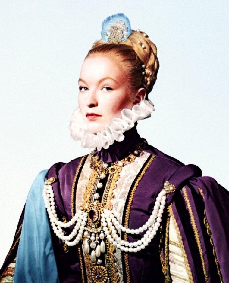 """Quand les """"Reines de l'écran"""" jouent des Princesses ou des Reines historiques... (de haut en bas) Gina LOLLOBRIGIDA en Reine de Saba (1959) / Bette DAVIS en Reine 1ère d'Angleterre (1939) / Marina VLADY en Princesse de Clèves (1960) / Joan COLLINS en Princesse Nellifer (1955) / Elizabeth TAYLOR en Reine Cléopâtre (1963) / Claudette COLBERT en Reine Cléopâtre (1934) / Anne BAXTER en Reine Néfertari (1956) / Vivien LEIGH en Reine Cléopâtre (1945)."""