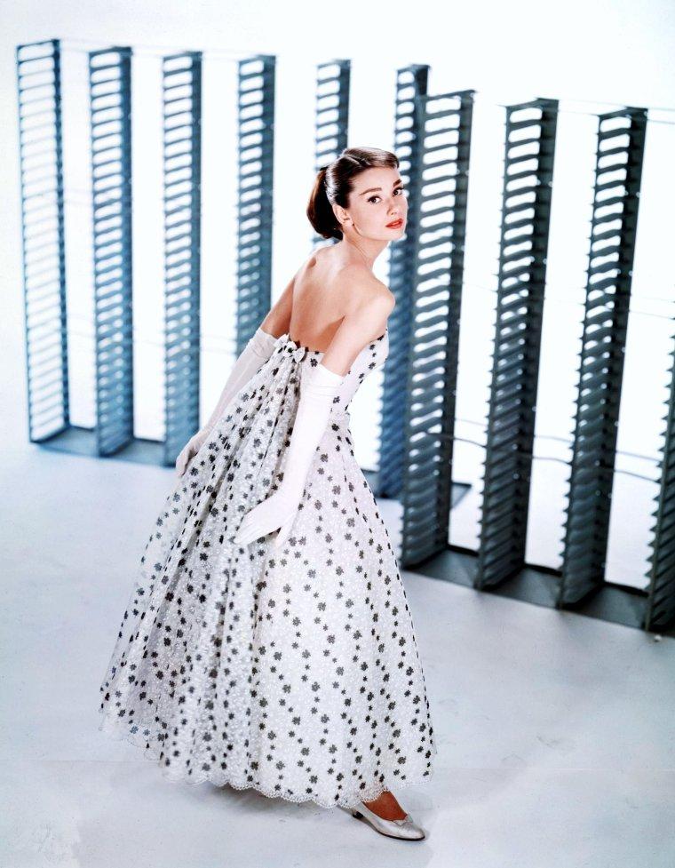 Le terme glamour est un anglicisme désignant une beauté sensuelle, pleine de charme et d'éclat, caractéristique de certaines vedettes féminines de Hollywood. Quelqu'un de glamour est à la fois suave, sexy, beau, et souvent délicatement à la mode. (de haut en bas) Dolores Del RIO / Marilyn MONROE / Myrna LOY / Patricia NEAL / Suzanne PLESHETTE / Audrey HEPBURN / Rita HAYWORTH / Barbara STANWYCK