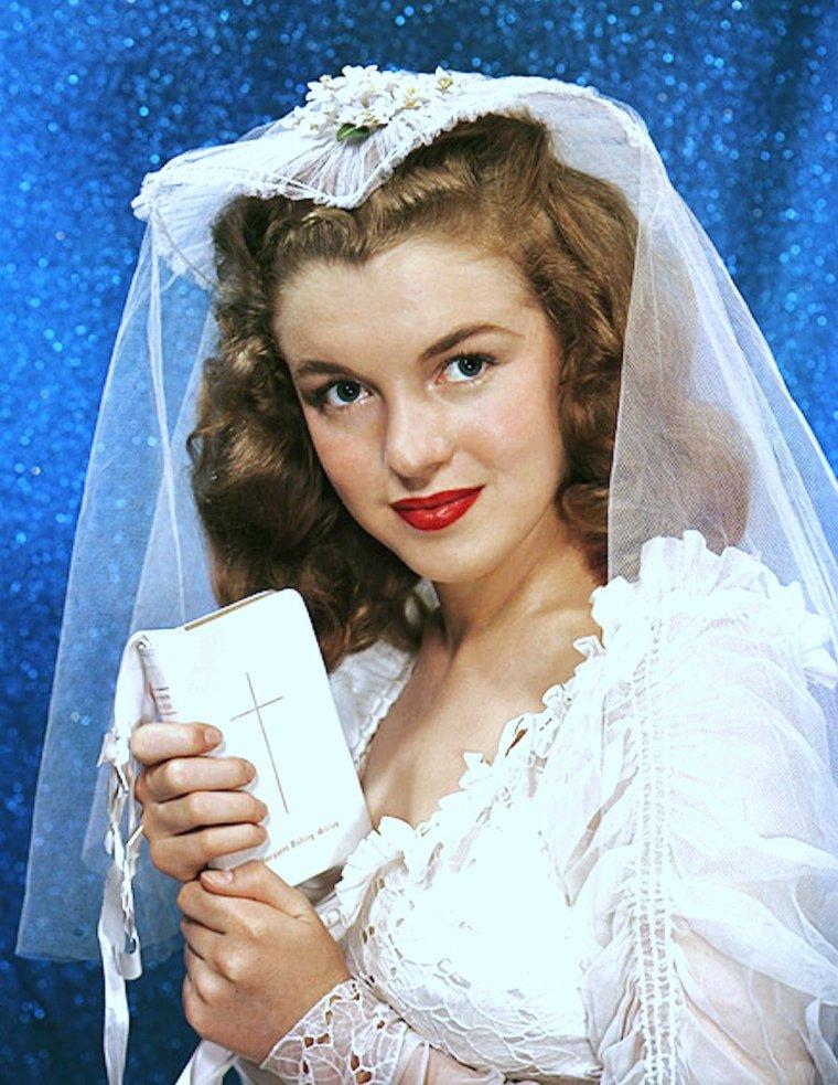 Dans les pays occidentaux, la robe de mariée est le plus souvent entièrement blanche, et quelquefois rehaussée de taches de couleurs pastel, rose, bleu ou même rouge. Comme la couleur blanche exprime la virginité chez la femme, une femme n'étant pas vierge devrait mettre en combinaison avec le blanc une autre couleur. Toutefois on n'y fait plus attention (excepté les pratiquants) de nos jours et la mode nous offre toujours plus de choix des couleurs toutefois le blanc reste une tradition. Cette tenue est de plus en plus adoptée dans le monde entier. Le blanc reste la couleur classique des robes de mariées en Occident, mais on ne s'est pas toujours marié en blanc en France. Autrefois, la mariée portait le plus souvent une robe de couleur rouge (comme c'est toujours le cas en Chine de nos jours), car c'était la couleur la plus facile à obtenir pour le teinturier, donc la moins chère. Une robe blanche devait par contre souvent être faite d'une étoffe fine (soie ou coton de bonne qualité) qui était beaucoup plus coûteuse. La tradition du mariage en blanc ne date que de la fin du XVIIIème siècle. (de haut en bas) Grace KELLY / Natalie WOOD / Brigitte BARDOT / Elizabeth TAYLOR / Jayne MANSFIELD / Young Marilyn MONROE / May BRITT / Audrey HEPBURN