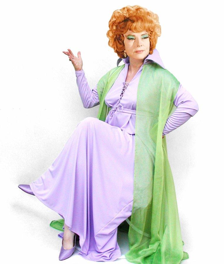 """1964 / Agnes MOOREHEAD, née en 1900... Elle incarne Endora dans la série T.V. """"Ma sorcière bien aimée"""" / """"Ma sorcière bien-aimée"""" (Bewitched) est une série télévisée américaine en 254 épisodes de 25 minutes dont 74 en noir et blanc, créée par Sol SAKS diffusée du 17 septembre 1964 au 25 mars 1972 sur la chaîne ABC. En France, la série a été diffusée à partir du 17 juillet 1966 sur la 1ère chaîne de l'ORTF. Parallèlement sur les autres réseaux télévisés francophones (Québec, Belgique, Suisse, Luxembourg). Sur un ton léger, la série développe les aventures du couple que forment Samantha, une sorcière, et son mari. Ce dernier, simple mortel, subit en effet régulièrement les sortilèges de sa belle-famille. Le ressort scénaristique de nombreux épisodes repose ainsi sur la manière dont Samantha, grâce à ses propres pouvoirs magiques qu'elle invoque en remuant le bout de son nez, parvient à rétablir la situation."""