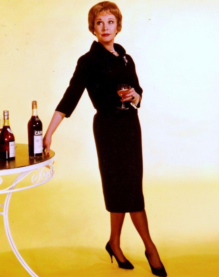 Un tailleur est un vêtement féminin, généralement de bonne qualité. Rendu célèbre par Coco CHANNEL en 1954, il est composé d'une veste et d'une jupe ou d'un pantalon assortis. L'ensemble peut être confectionné dans un même tissu et la veste, appelée aussi jaquette, est généralement à manches longues. Le tailleur se porte souvent avec un chemisier, des escarpins et parfois un chapeau. (de haut en bas) Maureen O'HARA / Marilyn MONROE / Elizabeth TAYLOR / Vivien LEIGH / Doris DAY / Lana TURNER / Lucille BALL / Gina LOLLOBRIGIDA