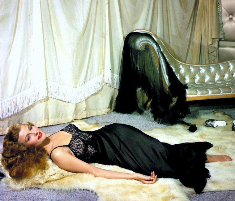 Nouvelles photos de STARS en déshabillé... Le terme déshabillé a d'abord servi à désigner les robes de chambre pour homme avant de désigner un vêtement d'intérieur féminin constitué d'un ensemble en tissus coordonnés constitué d'une robe de chambre et d'une chemise de nuit. L'usage du terme s'étend parfois à ne désigner que la robe de chambre qui se différencie du peignoir ou de la robe de chambre en étant plus élégante, la rapprochant plus de la lingerie que du vêtement d'intérieur. C'est un vêtement très séduisant et l'image de la femme en déshabillé est généralement associée à l'élégance, au raffinement et au charme. (de haut en bas) Carroll BAKER / Sophia LOREN / Juanita SANTOS / Natalie WOOD / Marilyn MONROE / Gina LOLLOBRIGIDA / Gene TIERNEY / Rita HAYWORTH
